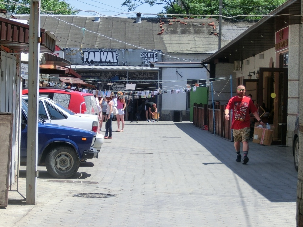 Фотосушка во дворе возле магазина Padval. Фото из блога Елены Клинковой